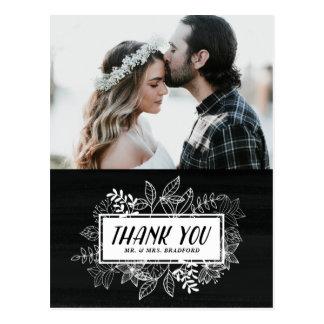 Rustikaler Chic-weiße Blumen auf Tafel danken Postkarte