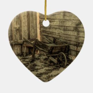rustikales Bauernhaus der alten Schubkarre des Keramik Herz-Ornament