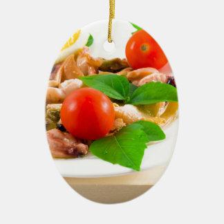 Salat der geblichenen Stücke Meeresfrüchte auf Ovales Keramik Ornament