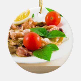 Salat der geblichenen Stücke Meeresfrüchte auf Rundes Keramik Ornament