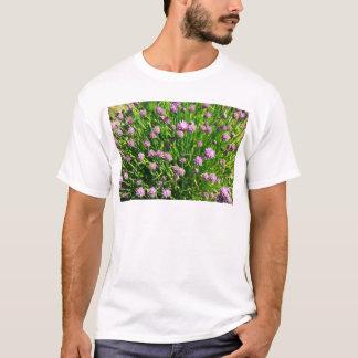 Salat-Zwiebel, die mit lila Blüten blüht T-Shirt