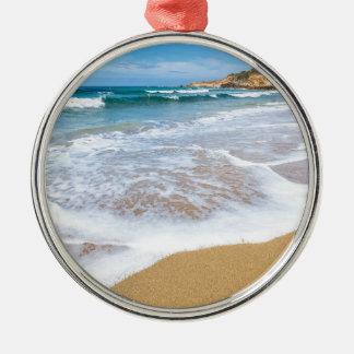 Sandy-Strandmeer bewegt und Berg an der Küste Rundes Silberfarbenes Ornament
