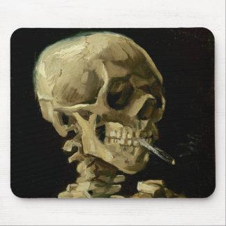 Schädel eines Skeletts mit brennender Zigarette Mauspad