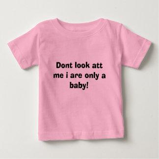 Schauen Sie nicht ATT ich, sind i nur ein Baby! Baby T-shirt