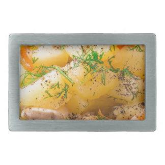 Scheiben der gedämpften Kartoffeln, Huhn, Karotte Rechteckige Gürtelschnallen