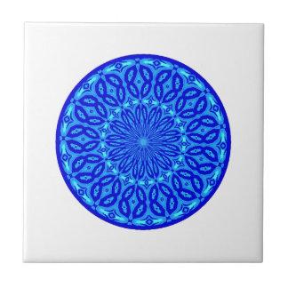 Schickes Aqua und blaue Kaleidoskop-Glühen-Mandala Kleine Quadratische Fliese