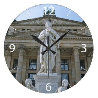 Schiller Statue in Berlin Große Wanduhr