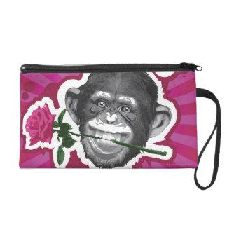 Schimpanse mit einer Rose in seinem Mund