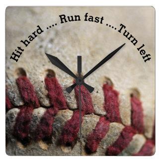Schlag stark, Lauf schnell… Quadratische Wanduhr