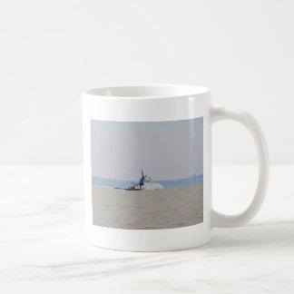 Schlepper-Boots-kämpfender Wind und Gezeiten Kaffeetasse