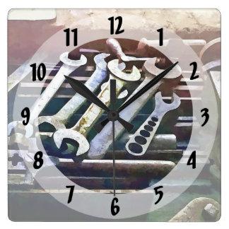 Schlüssel in der Maschinenwerkstatt Quadratische Wanduhr