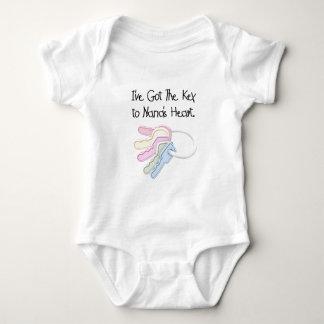 Schlüssel Nanas zu den Herz-T-Shirts und den Baby Strampler
