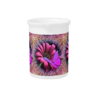 Schmetterling auf Gänseblümchen Getränke Pitcher