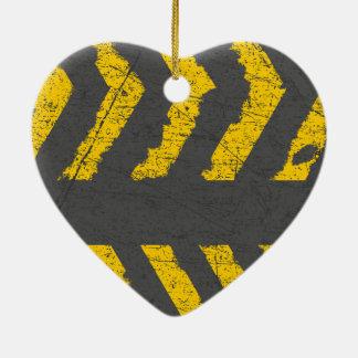 Schmutz beunruhigte gelbe Straßenmarkierung Keramik Herz-Ornament