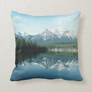 Schnee mit einer Kappe bedeckte Berge + Kissen