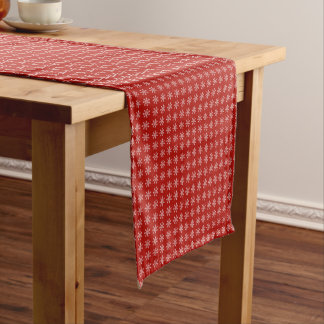 Schneeflocke-Muster über einem roten Kurzer Tischläufer