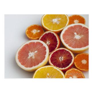 Schneiden Sie Orangen auf Tabelle Postkarte