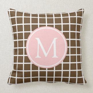 Schokoladenbraunes und Baby-Rosa-Gitter-Monogramm Kissen