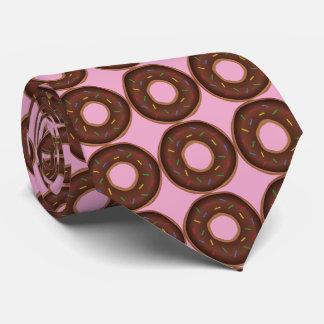 Schokoladenschaumgummiringe. Rosa Hintergrund Krawatte