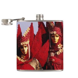 Schöne Paare in den roten Karnevals-Kostümen Flachmann