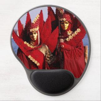 Schöne Paare in den roten Karnevals-Kostümen Gel Mousepad