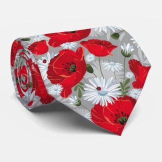 Schöne rote Mohnblume, weiße Gänseblümchen und Individuelle Krawatten