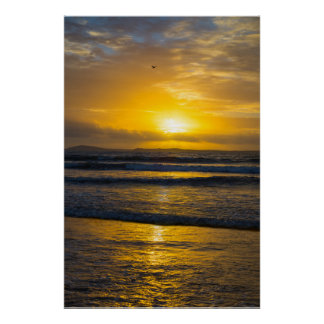 schöner gelber Sonnenuntergang am beal Strand Poster