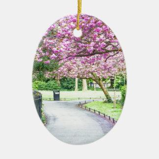 Schöner Park während des Frühlinges Keramik Ornament