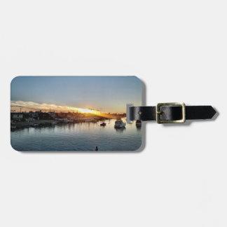 Schöner Sonnenuntergang am Hafen in der Gepäckanhänger