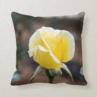 Schönes gelbes Rosen-Knospethrow-Kissen Kissen
