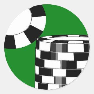 Schwarz-weiße Pokerchips auf Grün Runder Aufkleber