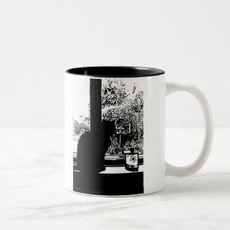 Schwarze Katze im Fenster Zweifarbige Tasse
