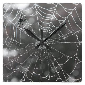Schwarze Witwe in Spinnen-Netz | Halloween Quadratische Wanduhr