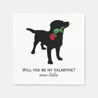 Schwarzer Labradorvalentine-Hund, der Rote Rose Servietten