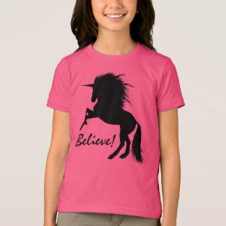 """Schwarzes Einhorn züchtend """"glauben Sie """" T-Shirt"""