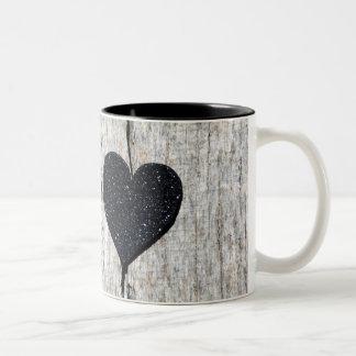 Schwarzes Glitterherz auf Holz Zweifarbige Tasse
