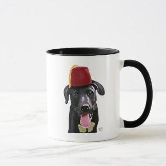 Schwarzes Labrador mit Fez Tasse