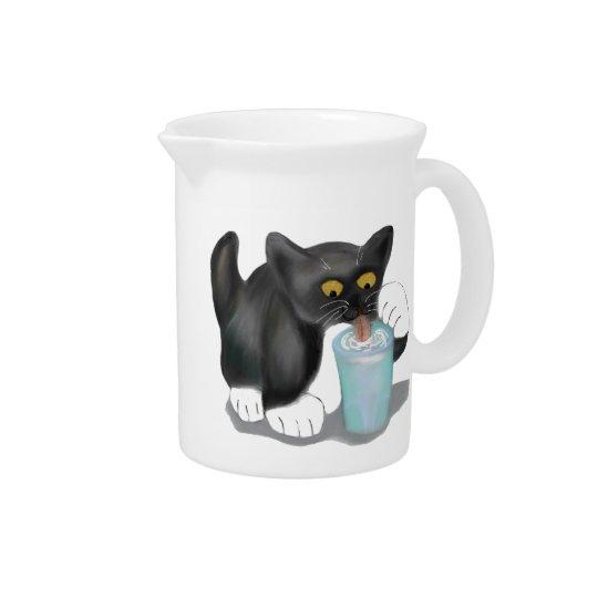 Schwarzes Smokings-Kätzchen schleicht ein Glas Krüge