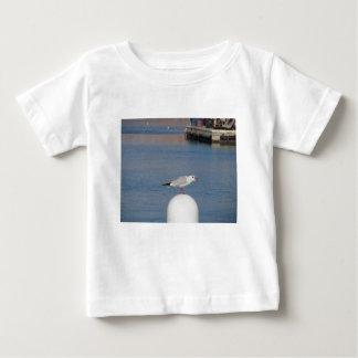 Schwarzköpfige Möve gehockt auf Posten dem Nennen Baby T-shirt