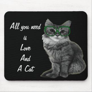 Schwarzweiss-Katze mit grünen Gläsern Mauspad