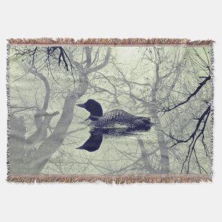 Schwarzweiss-Loon auf einem See-Wurf Decke