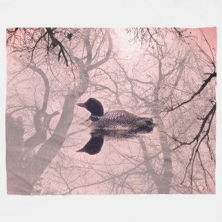 Schwarzweiss-Loon auf einem See-Wurfs-Deckenrosa Fleecedecke