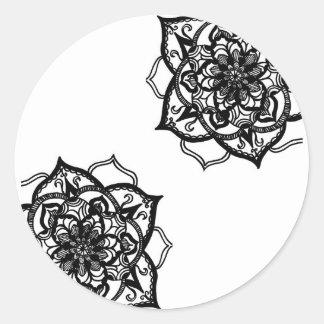 Schwarzweiss-Mandala inspirierter Entwurf Runder Aufkleber