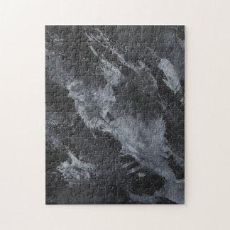 Schwarzweiss-Tinte auf Schwarzem Puzzle