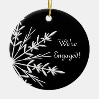 Schwarzweiss-Winter-Schneeflocke-Verlobung Keramik Ornament