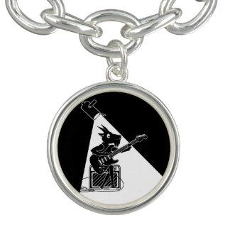 Schwarzweiss-Ziege, die eine E-Gitarre spielt Armbänder