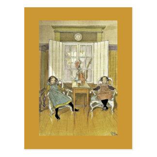 Schwestern, die in den Stühlen sitzen Postkarte
