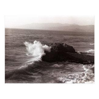 Seewellen, die gegen Felsen zusammenstoßen Postkarte