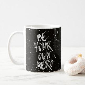 Seien Sie Ihr eigenes Held-(schwarzes) Zitat Kaffeetasse