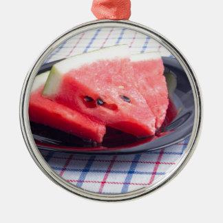 Seitenansicht der saftigen roten rundes silberfarbenes ornament